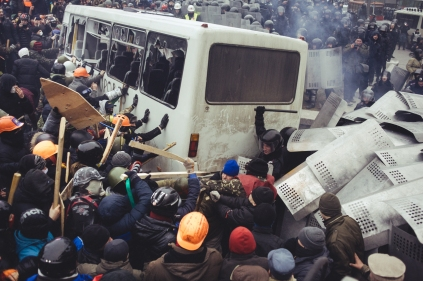 Protesters try to flip a police bus during clashes on Hrushevskoho street in central Kiev January 19, 2014.